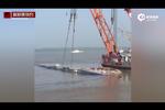 现场:客船开始整体扶正 部分船体露出水面