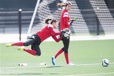 """女足守门员在锻炼中必需""""重装上阵"""""""