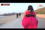 巨臀女臀围达2.4米破纪录 进门时需侧身