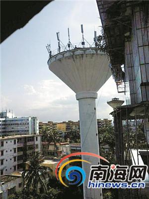 照片中显示,水塔顶部有人在活动。