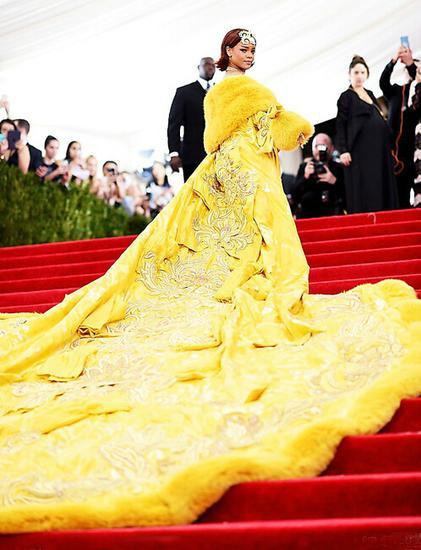 蕾哈娜身着高级定制黄色礼服亮相