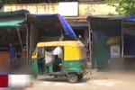 印度官员在公厕发钱 鼓励市民勿随地大小便