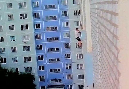 俄罗斯一名男子试图以吊着绳索、悬空在高楼外的方式向女神表白,不料却遭到女神拒绝。