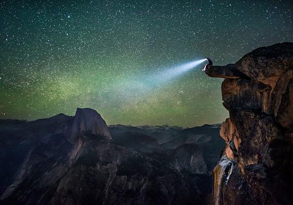 美国男子远离城市喧嚣 悬崖边欣赏浩瀚星空