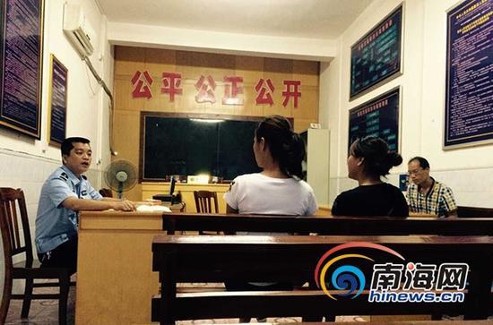 6月10日,陵水交警部门召集双方当事人及家属进行现场协商。(南海网记者沙晓峰摄)