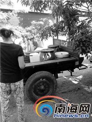 村民只好用三轮车往返几公里取水。  南国都市报记者刘守波摄