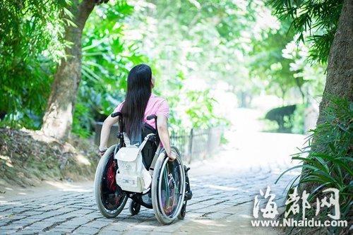 杨女士想尽力展示阳光的一面,不过她说自己内心其实很难受