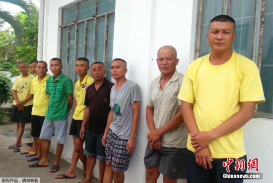 """资料图:2014年,在南沙群岛半月礁被菲律宾海警扣押的9名中国渔民,拒绝承认菲方指控的所谓""""采集濒临绝种生物""""罪。菲律宾方面公布了被扣9名渔民在监牢里的照片。"""
