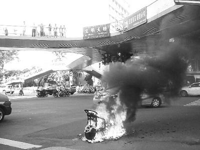 自燃的电动车(市民陆先生供图)