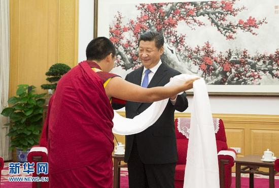 6月10日,中共中央总书记、国家主席、中央军委主席习近平在北京中南海接受班禅额尔德尼·确吉杰布的拜见。这是班禅向习近平敬献哈达。