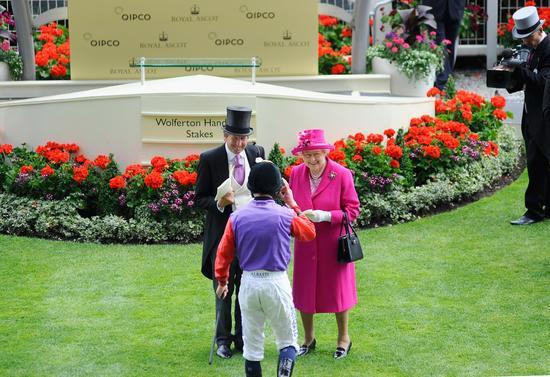 伊丽莎白女王参加皇家赛马会