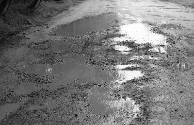 路面坑洼泥泞