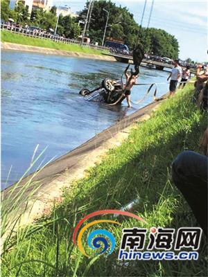 吊车在起吊落水的小车。(图由网友提供)