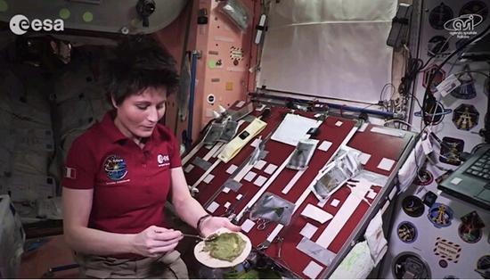 女宇航员示范在太空做饭 饼在飞人在追