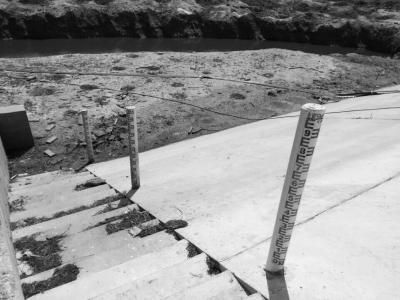 水库的水尺裸露
