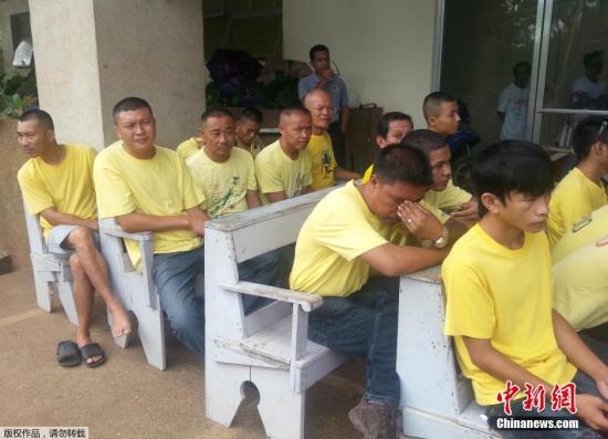 """资料图:在南沙群岛半月礁被菲律宾海警扣押的9名中国渔民,拒绝承认菲律宾方面指控的所谓""""采集濒临绝种生物""""罪。菲律宾方面公布了被扣9名渔民在监牢里的照片。"""