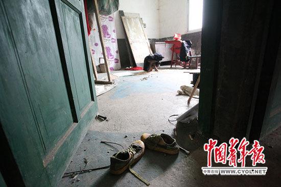 在4兄妹住的三层小楼里,一个房间门口散落着一双运动鞋。 白皓 摄