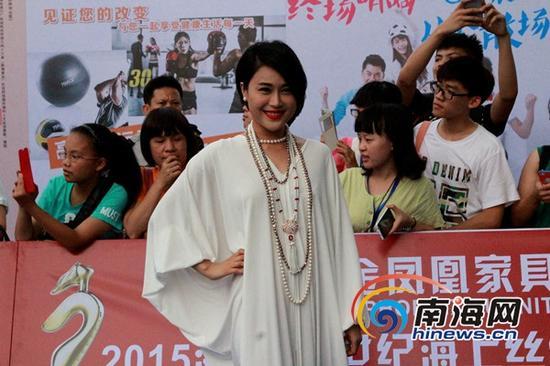 海南知名歌手、影视演员顾莉雅亮相红毯仪式(南海网记者陈望摄)