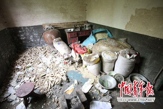 6月11日,在4兄妹住的三层小楼里,一个房间堆满了玉米。白皓 摄
