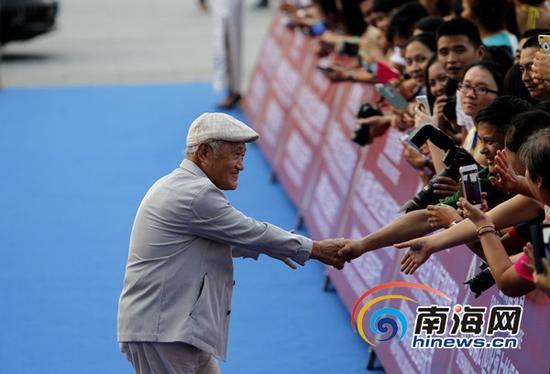 中国著名影视演员、表演艺术家牛犇与影迷握手(南海网记者陈望摄)