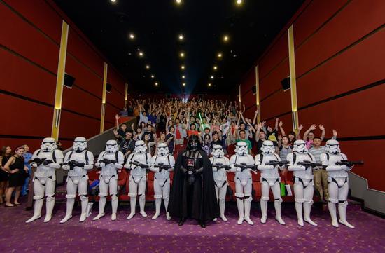 《星球大战》上影节热映-黑武士与暴风兵与影迷合影