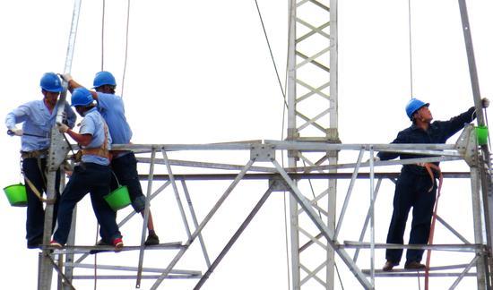 淅川电力人员,正在组装铁塔