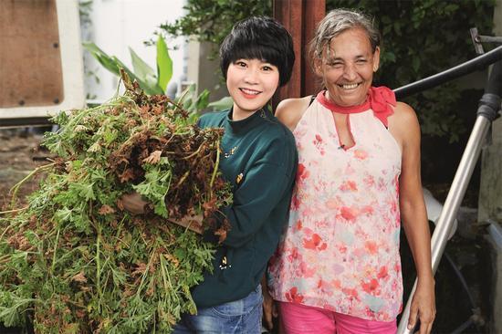 16、嘉媚乐公关经理卢小菊与种植庄园主体验精油提炼过程