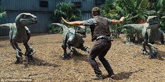 最新上映的电影《侏罗纪世界》激怒了一些专家,因为电影中描绘的恐龙没有羽毛。