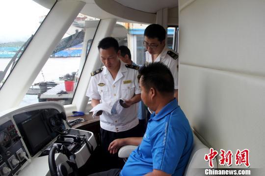 图为桂林海事部门检查船舶值班情况 王晓晓 摄