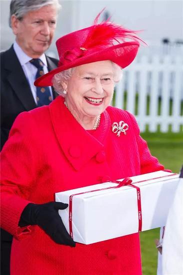 女王循例为球队颁奖