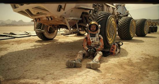 小说中马特・达蒙饰演的马克・沃特尼独自一人面对补给不足,环境恶劣,飞船损毁的境况