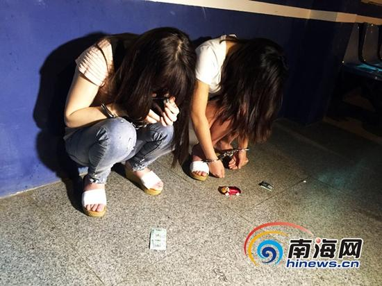 """海口龙华警方深夜""""扫黄"""",抓获多名疑似从事非法活动的""""站街女""""。(南海网记者陈丽娜)"""