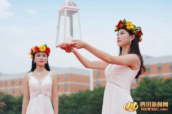 成都空姐化身圣女 毕业典礼传递圣火