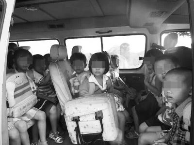 私家车内坐满儿童
