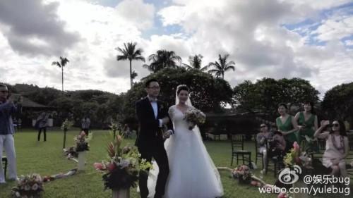 新浪娱乐讯 夏威夷时间6月14日下午5点,导演陆川和央视主播胡蝶在夏威夷毛伊岛举行浪漫婚礼。婚礼完成得相当低调和私密,只邀请了双方的亲朋和挚友。两人幸福拥吻。