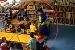 监拍2岁男童被老师用胶带封嘴反绑双手