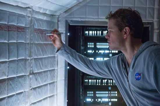 马特・达蒙饰演被遗留在火星的宇航员马克・沃特尼