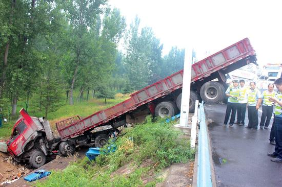 京港澳高速大货车冲破围挡 一头扎进路边排水沟
