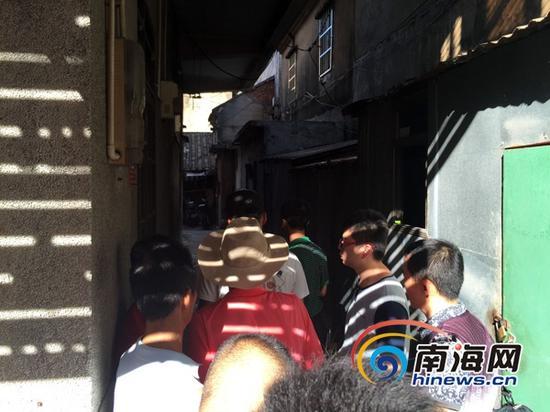 6月15日12时35分许,海口文明中路大东市场对面联桂坊发生一起命案,邻居持两把长匕首上门捅杀一家四口。(南海网记者 陈丽娜 摄)