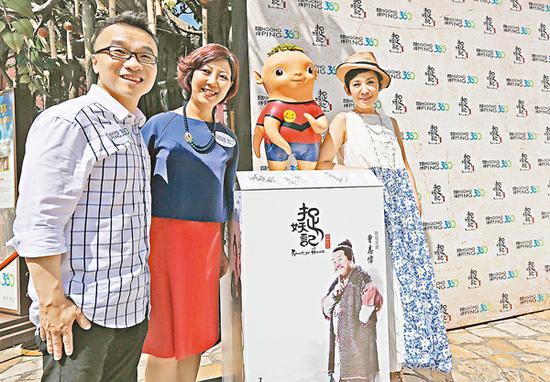 """吴君如(右)与""""史力加之父""""许诚毅导演(左)宣传动画电影《捉妖记》"""