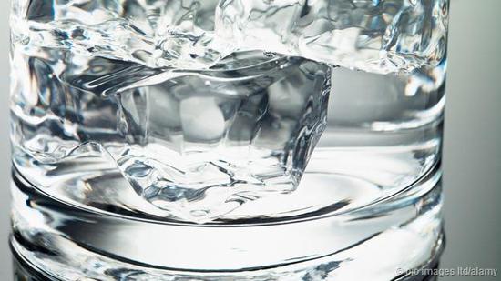 把一块冰块投入一杯水里,它当然会融化