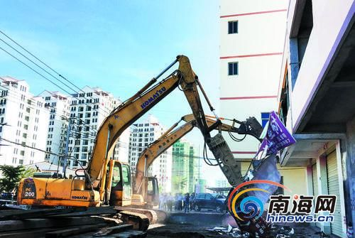破路工程车对违建进行拆除。南国都市报见习记者洪坚鹏摄