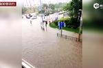 上海暴雨河水猛涨致桥面浮起 10吨重卡车压桥