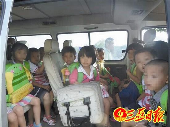 严重超载的校车。赵庆山 摄