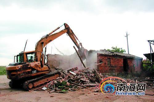 日前定城镇政府依法对定海大桥项目周边一处平房进行拆除。