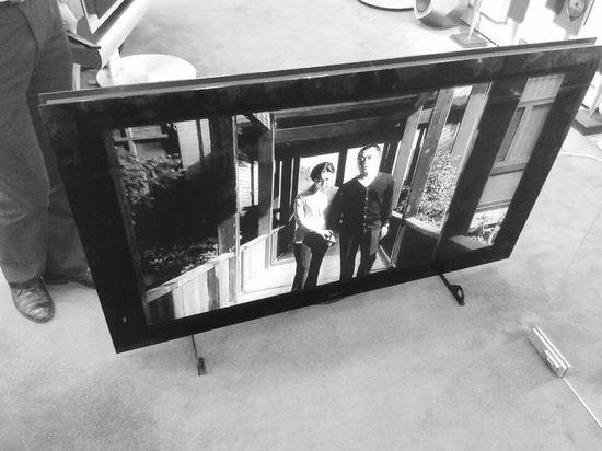 吴先生买的电视机,屏幕上方有一条白线。半岛晨报、海力网摄影记者阎昱颖