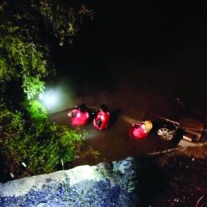 15日晚,消防队员正在拖车出水进行施救 报料人供图