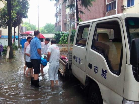 我市发布暴雨橙色预警,北塘300城管全力抢险防汛。