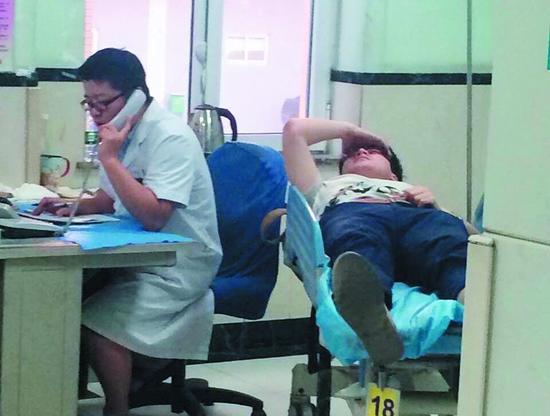 被撞大学生被送到医院接受救治。半岛晨报、海力网摄影记者阎昱颖