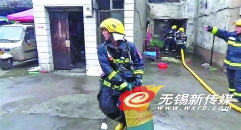 消防员拎出液化气罐。
